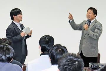 【対談する引本孝之さん(右)と志場久起さん=21日、串本町串本で】