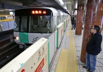 運行が再開され、大通駅に到着した札幌市営地下鉄の車両=22日午前4時、南北線大通駅(伊丹恒撮影)