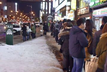 札幌市中心部の繁華街・ススキノでタクシーを待つ長蛇の列=21日、札幌市中央区