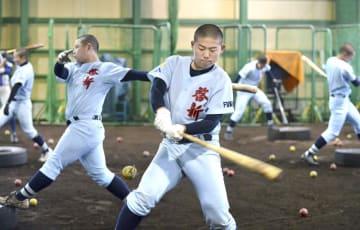 ティーバッティングで汗を流す選手たち=福井県福井市の啓新高室内練習場