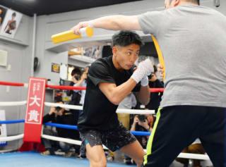 井上孝志トレーナーのスティックを掻いくぐっていくディフェンス練習