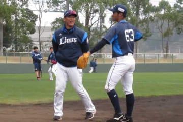 西武・松井稼頭央2軍監督(左)【写真:安藤かなみ】