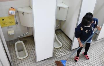 都城市内の小学校の和式トイレ。2019年度から洋式トイレの増設が始まる