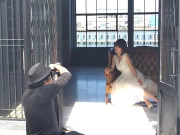 釈由美子、ドレス撮影でのオフショットを公開「40代に突入して」