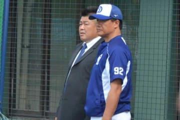 中日キャンプを視察した中村紀洋氏(左)と与田監督【写真提供:インプレッション】