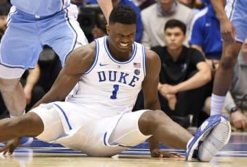 試合中に転倒したデューク大のザイオン・ウィリアムソン選手=20日、ダーラム(USA TODAY・ロイター=共同)