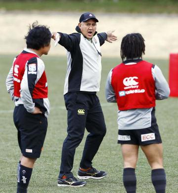 ラグビーの日本代表候補合宿で指示を出すジョセフ・ヘッドコーチ(中央)=21日、東京都町田市