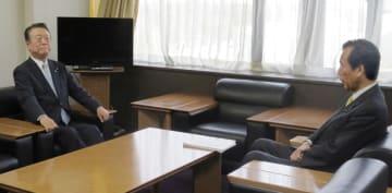 合流を視野に自由党の小沢共同代表(左)と政策協議に臨む国民民主党の平野幹事長=22日、東京・永田町の国民民主党本部