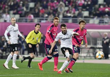 サッカーJ1の開幕戦となるC大阪―神戸戦の前半、ゴールを狙う神戸・ビジャ(7)=22日、大阪市のヤンマースタジアム長居