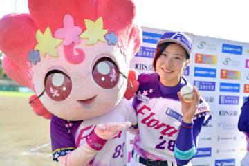 京都フローラから埼玉アストライアに移籍した、みなみ(右)【写真提供:日本女子プロ野球リーグ】
