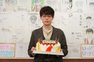 連続ドラマ「3年A組−今から皆さんは、人質です−」の現場で26歳の誕生日を祝福された菅田将暉さん=日本テレビ提供