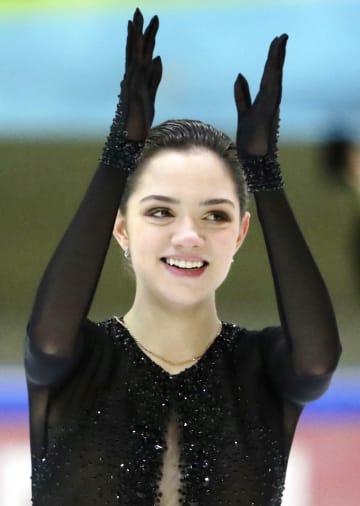 フィギュアスケートのロシア・カップ・ファイナル女子フリーの演技を終えて笑顔を見せるエフゲニア・メドベージェワ=ベリーキーノブゴロド(タス=共同)