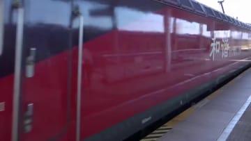 鉄道警察が列車の乗客と元宵節を祝う