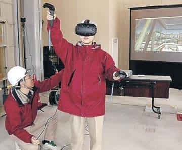 転落、感電を疑似体験 NTTドコモ北陸、VRで労災防ぐ