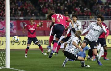 Soccer: Yamashita steals Vissel thunder in Villa's quiet debut