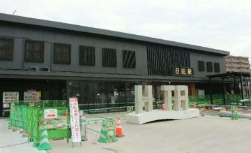 日田市が2階部分の活用を目指すJR日田駅の駅舎。駅前広場では整備工事が進んでいる=22日