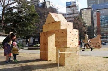 平和大通りの緑地帯に設置された藤江さんの作品