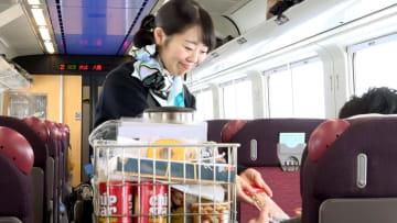 札幌と函館を結ぶ特急「スーパー北斗」で車内販売する客室乗務員(JR北海道提供)