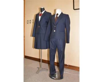 新たに導入される女子用スラックス(右)。従来のリボンに加えてネクタイも製作し、いずれか好きなものを選べるようにした