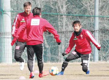 開幕戦への最終調整でボール回しで体を動かす長沢(左)と兵藤(右)ら