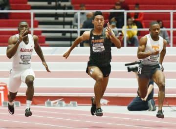 室内競技会60メートルで決勝進出を決めたサニブラウン・ハキーム(中央)=フェイエットビル(共同)