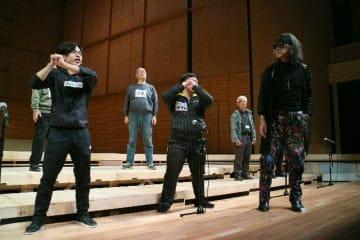 寺本建雄さん(右端)の指導で表現を磨く演劇塾メンバー