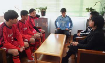 【淺沼校長(右手前)と談笑する3年生部員4人=津市稲葉町上野の県立稲葉特別支援学校で】