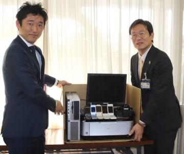 【不要パソコンなどの無料宅配便回収で協定を結んだ竹上市長(右)と中村取締役=松阪市役所で】