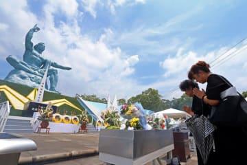 70回目の長崎原爆の日が巡り、平和祈念像に向かって手を合わせる被爆者の女性ら=長崎市の平和公園