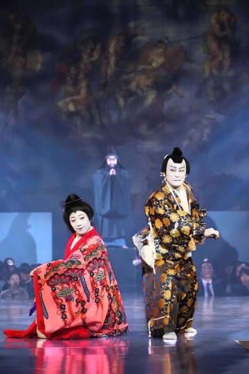 システィーナ歌舞伎で見えを切る片岡さん(右)=鳴門市の大塚国際美術館