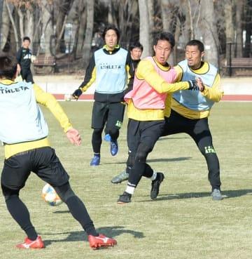 24日の開幕戦に向け、紅白戦で汗を流す栃木SCの選手たち=さくら市のさくらスタジアム