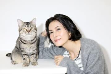 映画「ねことじいちゃん」で美智子役を演じる柴咲コウさんとタマ役のベーコン