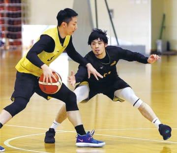 練習で俊野(左)と競り合う白戸