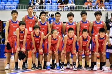 宮崎のクラブチームと対戦したU15チームの選手たち。県協会が新たに立ち上げたリーグでは初代王者となった=昨年8月、県立総合体育館(小野宏明)