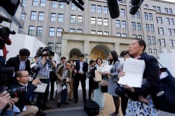 福田淳一財務事務次官のセクハラを巡り、財務省の調査方法について撤回を求める弁護士たち=2018年4月19日、財務省前