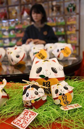 津軽藩ねぷた村が販売をスタートした招き猫ねぷた。手前左が数量限定の「みこにゃんねぷた」