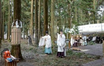 阿蘇神社の拝殿再建に使うヒノキの切り出しに向けた安全祈願祭=阿蘇市
