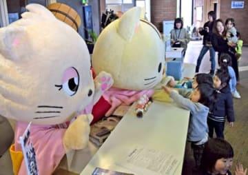 子どもと触れ合う「こにゃん」(奥)などのゆるキャラ(湖南市役所東庁舎)