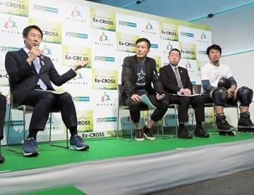 識者と意見を交わす鈴木長官(左)=22日、大阪市北区のうめきたSHIPホール