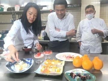 考案したスイーツのレシピを紹介するウォンさん(左)=三好市西祖谷山村のホテル秘境の湯