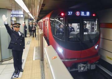 東京メトロ丸ノ内線の新型車両「2000系」=23日午前、東京メトロ荻窪駅
