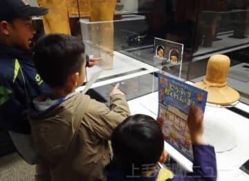 展示品にデザインされた動物を探す子どもたち