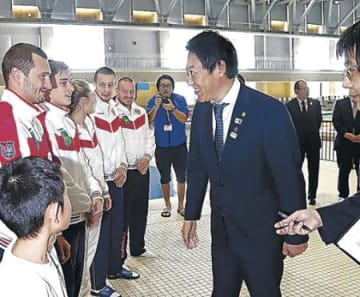 鈴木長官が選手激励 ロシアや地元小中高生 金沢プール