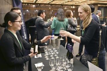 22日、米ニューヨークで開かれた日本酒セミナーの後、酒を堪能する参加者ら(共同)