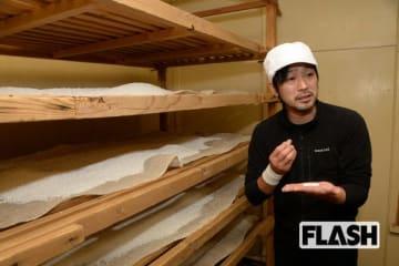 蒸した米に麴菌をふりかけ、麴室で温度、湿度を管理して麴へと変化させる