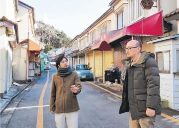 仲見世通りで打ち合わせする神脇さん(左)と宮崎さん