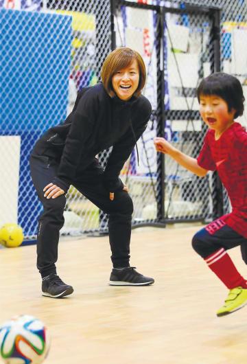「できないことができるようになった時の子どもたちの顔が好き」と話す中田さん(左)=仙台市太白区のゼビオスポーツパークあすと長町