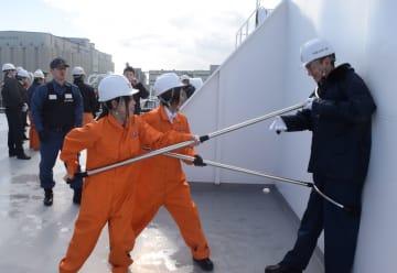 刺股の使い方を実践する川崎近海汽船の従業員