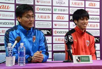 24日の開幕戦に向けて意気込みを語るサンガの中田監督(左)と宮吉主将=西京極陸上競技場