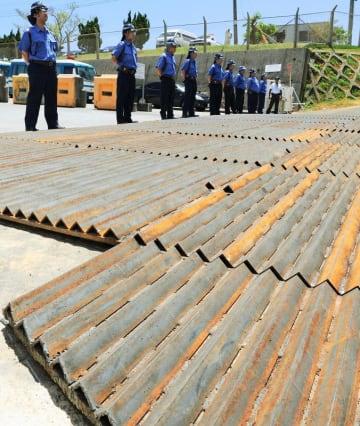米軍キャンプ・シュワブゲート前に沖縄防衛局が設置した山型状の突起が並ぶ鉄板。新基地建設に反対する市民らからは「抗議活動の弾圧が目的だ」と指摘された=2014年7月29日、名護市辺野古
